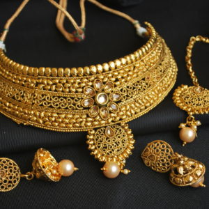 Imitation artificial handcrafted artificial choker necklace set in gold tone