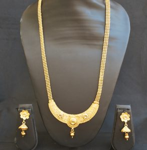 artificial traditional round motif gold tone necklace set with beaded chain-1