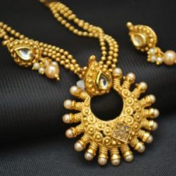 Imitation yellow pearl encircled round motif pendant set with beaded chain