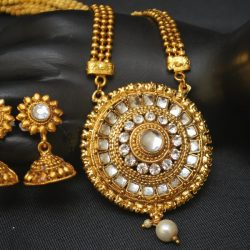 Imitation gold tone artificial necklace set in round motif